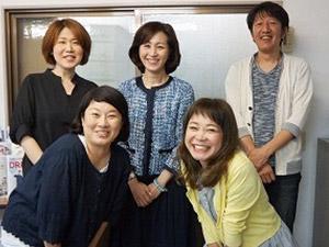 真ん中が岡社長、女性スタッフが多く、仕事中は話をしながらコミュニケーションを