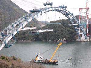 建設中の「新天門橋(仮称)」。完成すればソリッドリブ型式のアーチ橋では国内最大の橋梁となります。