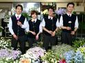 「花の名前なんて全然知らない」—という方も大歓迎!作業場では文字通り、花に囲まれて制作を進めます。