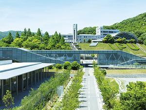 学舎「フィロソフィア」、アスリートホール「トップガン」は、世界的建築家・安藤忠雄氏の設計。