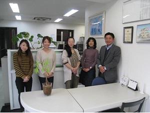 明るいオフィスはスタッフにもお客さまにも喜ばれています。