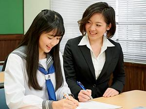 授業中は先生と生徒。チャイムがなったらまるで親友。オンとオフをしっかり切り替えています。