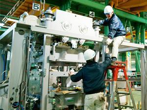 大型の機械をつくるため、一人ではできない作業も多々。協力して進めていくものづくりです。