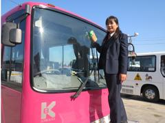 目をひくピンク色のバスで、地域の皆様に親しまれています!
