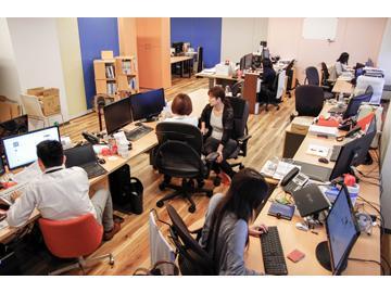 広い机のオフィスです。