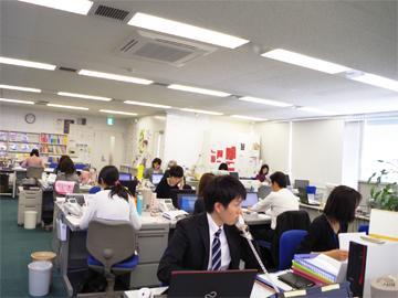 《オフィス風景》20〜30代の若手社員も多く活躍しています。