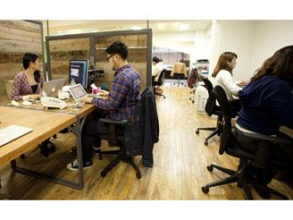 フリーアドレスなので、その日の仕事内容によって場所を選べるオフィス。