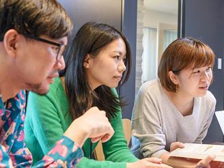 女性スタッフも活躍中。デザイナーとディレクターのミーティングの1コマ。