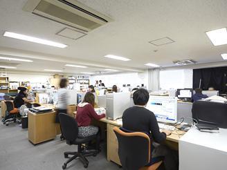 社内は一人ひとりのデスクスペースで仕事がしやすくデザインにも集中できる環境です。