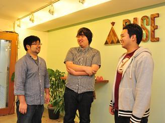 写真中が代表の鶴岡。若手社員の声にもよく耳を傾けています。