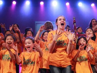 ヤングアメリカンズと子どもたちのショー。 子どもたちの頑張りに心から感動します。