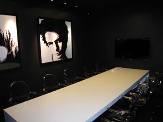 アパレルだからこそこだわった会議室。ピカピカのオフィスでのお仕事です。