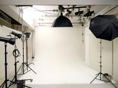 撮影スタジオは商品撮影やモデル撮影も 可能なスタジオ機材まで完備。
