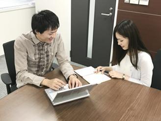 バックオフィス部門でのミーティング。開発メンバーを支えるやりがいのある仕事です。