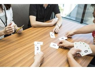プランニングポーカーを使ってメンバー同士でタスクの見積もりを行います。