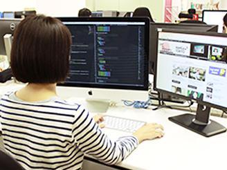 デュアルディスプレイで作業でき、制作環境が整っています。