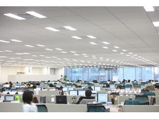 パーテーションを低くし、コミュニケーションのとりやすいオフィス作りをしています。