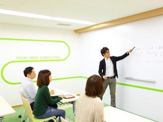 社内勉強会も実施しスキルアップにも力を入れています。