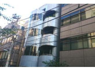 丸い薄い青色のビルの8階がオフィスです!少しオシャレかも。