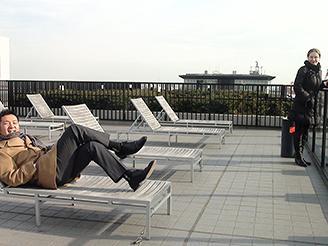 休憩中は外でリラックス。