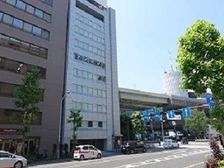 真ん中の白いビルの5階がピーアールハウスです。徒歩で竹橋3分、神保町約8分です。