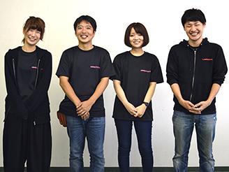 様々な職種の方がマーケティング部に所属。 制服は黒いTシャツか黒のパーカー着用。