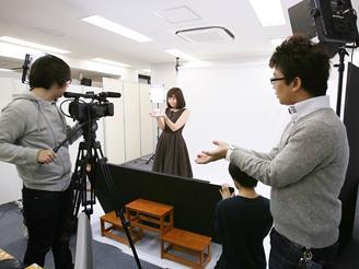 社内に簡易スタジオを設置。 大抵の撮影は社内で行ないます。