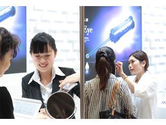 美容展示会での一コマ◇当社のブースは常にお客様でご盛況いただいております