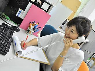電話対応や来客対応も仕事の一つ。ビジネスマナーも磨けます。