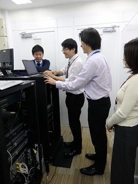 先輩社員からの構築実習指導新人研修は実機システムで!