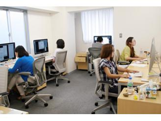 編集はWindows、DTPはMacを使っています。みんな黙々と作業しています。