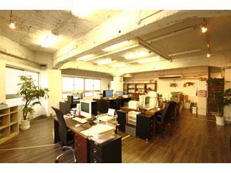 ウッディ調でコンクリートむき出しの社内は柔らかい雰囲気で開放感も抜群