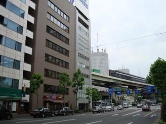 徒歩で竹橋駅約3分、神保町駅約8分、大手町駅約10分。右端の白いビルの5階です。