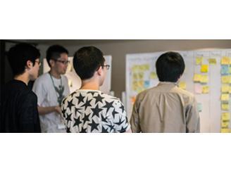開発チームでは毎朝チームでミーティングを行いながら、各自の業務を推進しています。