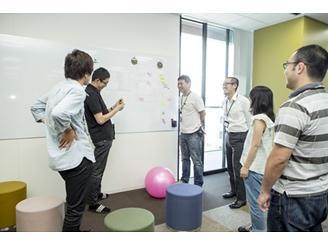 出社後、スタンディングミーティングを開いて各々の進捗を確認します。