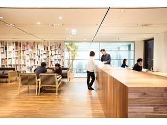 オフィスには専門書や最新のデザイン雑誌を取り揃えたラウンジがあります。