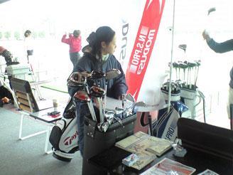 ゴルフのプロモーションイベント風景。フロントコミュニケーションの瞬間です。
