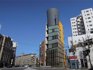 オフィスは西麻布の有名な建物。日々良質なコンテンツが生み出されている。