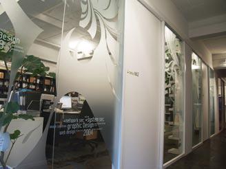 白とコーポレートカラーである黄緑を基調としたオフィス。