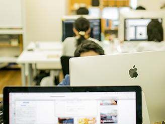 デザイナーや編集スタッフ、エンジニアとともに、チームで仕事を進めていきます。
