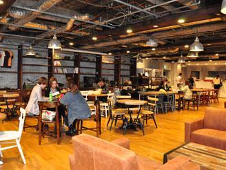 バリスタがコーヒーを提供するリフレッシュスペース。