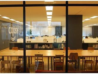 一人ひとりのスペースが広いです!手前のテーブルはMTGや休憩スペースになっています