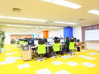 社内の雰囲気はこんな感じです。 黄色のカーペットがかわいいです♪