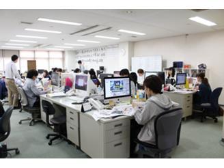 本社別フロアの活気に満ち溢れた商業制作部です。デザインのプロ集団です。