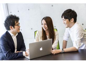 毎週定例で代表の吉田とのミーティングもあり、フラットに意見交換がされています。