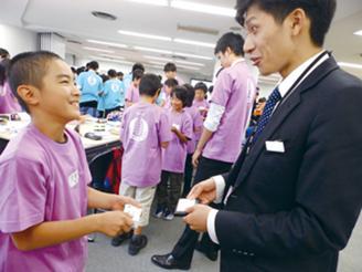 お仕事探検隊では企業の新入社員が 小学生に働くことの素晴らしさを伝えます。