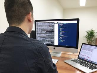 当社で活躍中のプログラマ。サーバー構築からシステム設計・開発まで一連を行います。