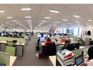 全体を見渡せる開放的なオフィス