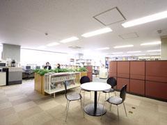 デスクとミーティングスペースが1フロアに まとまった明るく開放的なオフィス!