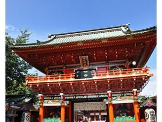 神田祭や年始にはたくさんの参拝客や露店でにぎわいます。